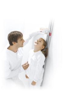 1289987799216 male nurse measuring child rgb600h 227x300 - SECA 216 Mechaniczny wzrostomierz dla dzieci i dorosłych